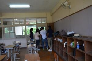 教室の隅っこに集まって、何か探しています