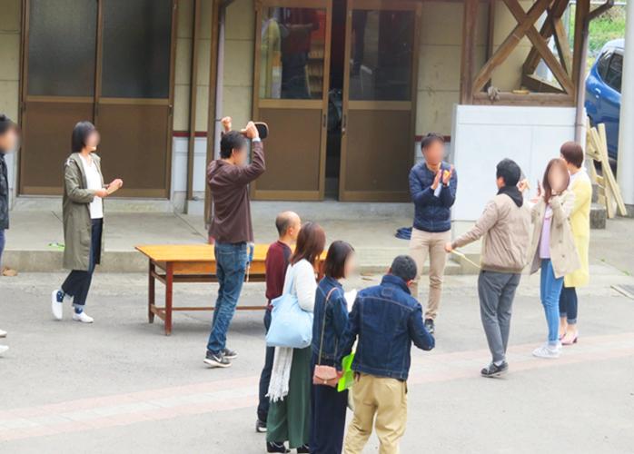 課題が行われている校舎前では、皆さん学生の頃に戻ったように大はしゃぎ